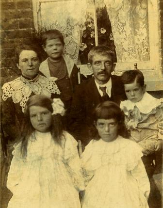 Sidney and Hannah Burn ('Ma') with their young family in about 1905. Ramsay's mother is front right.